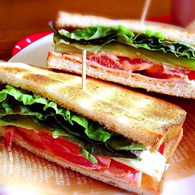 トマトとレタスのオーロラソースサンドイッチ
