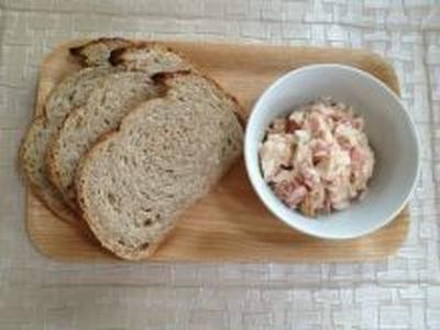 朝食のパンと  ツナとトマトのディップ