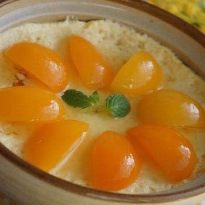 土鍋プリンにきれいに杏が並べられて、真ん中に葉っぱが飾られている