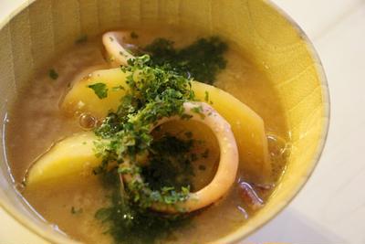 【簡単!魚料理】寒い時にほっこりしよう♪イカじゃがバター味噌汁