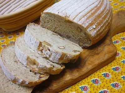 白神こだま酵母チアシード&ナッツ入りパン