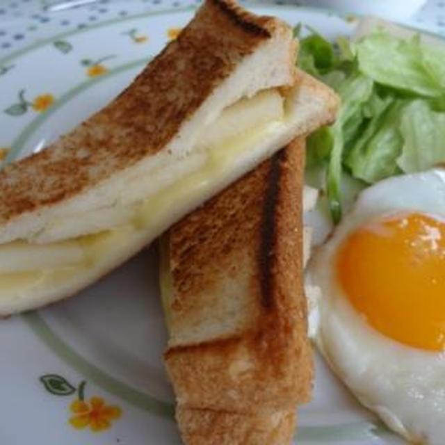 お休みの日の朝ごはん♪ 梨とチーズのハニーサンドイッチ