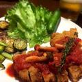 いつもの豚カツをトマトソースを添えてさっぱりと華やかに〜。