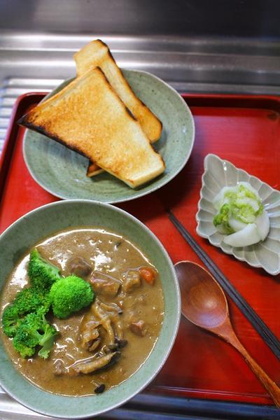 カレーシチュー・カリカリトースト・白菜漬け・・・朝餉