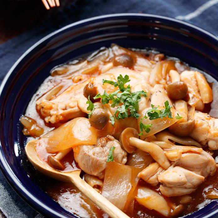 黒の皿に盛り付けられた鶏肉と玉ねぎの甘酢あん