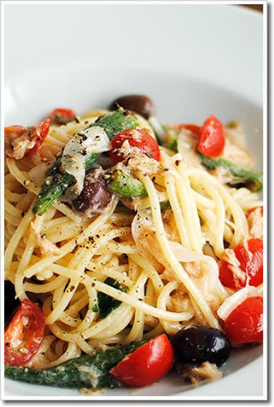 ツナとミニトマト、オクラ、アンチョビ、オリーブの冷製スパゲッティ