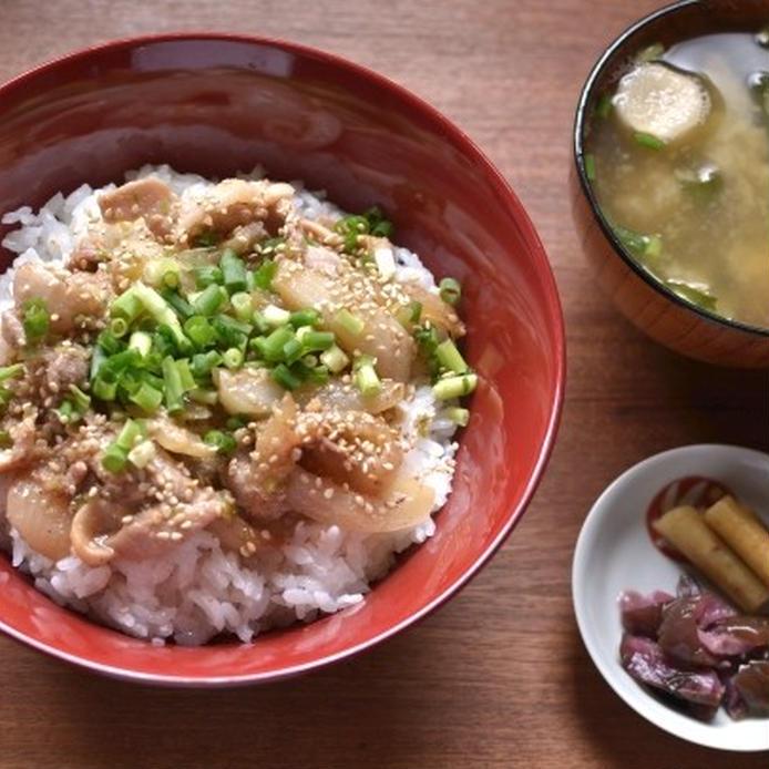 ネギ塩ダレの豚こま丼と味噌汁と漬物