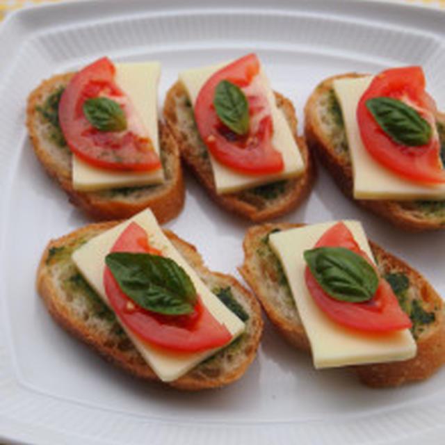 チーズとトマトのジェノバ風カナッペ