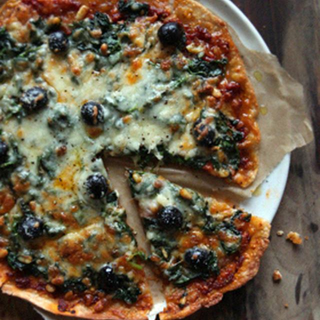 ほうれん草とオリーブのピザ