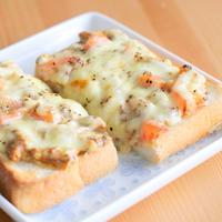 さんま蒲焼とトマトのチーズトースト