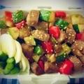 *野菜たっぷりde食べるサイコロステーキ丼弁当。