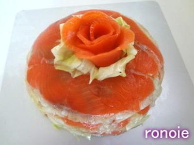 スモークサーモンのケーキ風サラダ