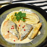 我が家の定番、鮭のチーズクリーム煮。こんがり焼いた白菜を添えて。