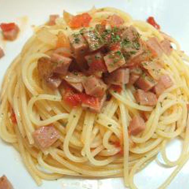サイコロポークとトマトのパスタ