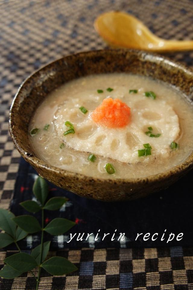 茶色の器によそわれた、れんこん味噌スープ
