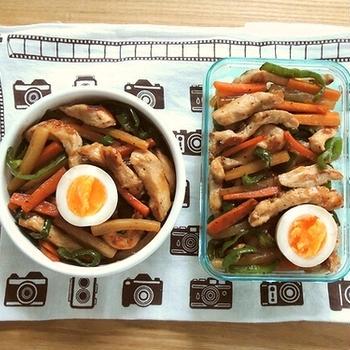 鶏チンジャオ丼弁当とチキンサラダ定食