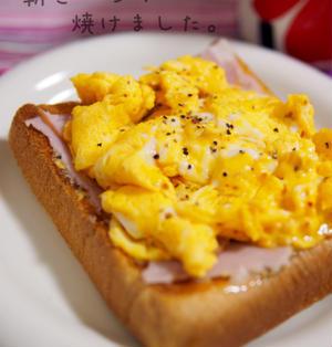 簡単朝ごはん!スクランブルエッグのオープンサンド*半熟卵*ピリ辛