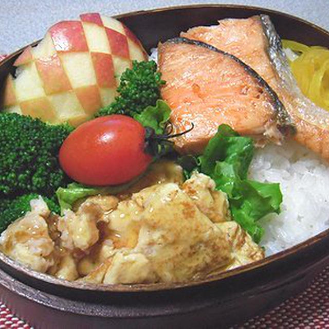焼き鮭と蟹玉弁当。葉玉ねぎの煮物