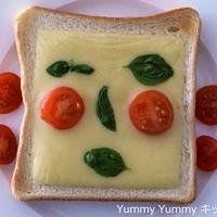 食パンデコ☆バジルとトマトでどんな顔?なチーズトースト♪