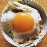 卵かけごはんもいいけれど、目玉焼き丼も捨てがたい|沖縄で、沖縄そば