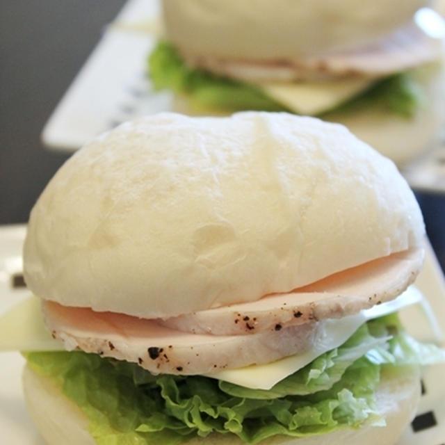塩麹の白パンと塩麹仕込みの鶏ハムのサンドイッチ。