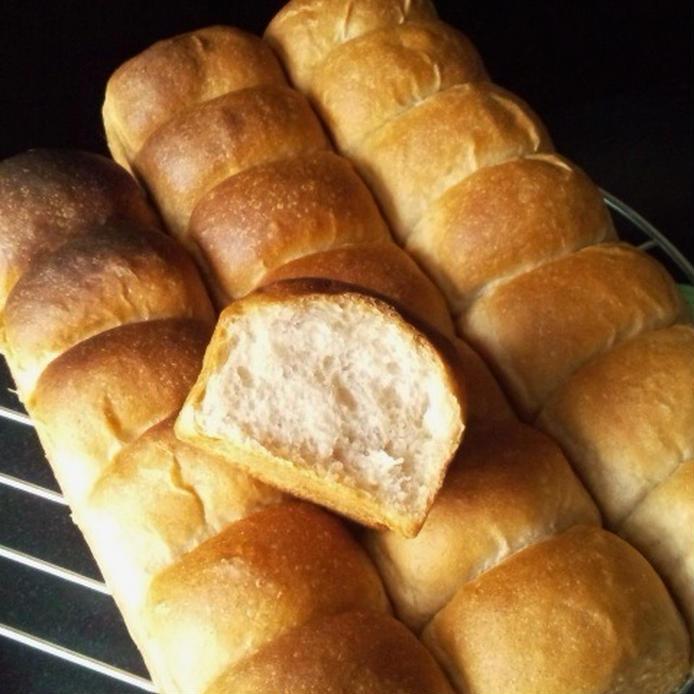 こんがりと焼き上げた3本のアーモンドミルクパン