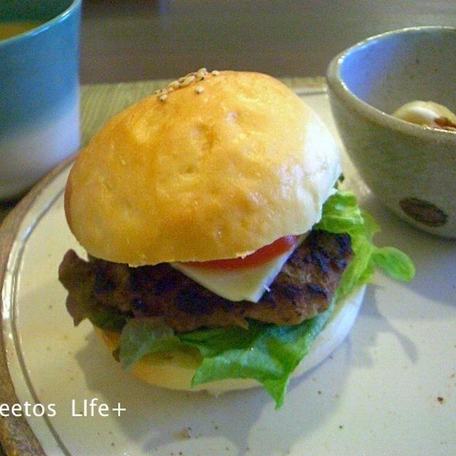 [朝カフェレシピ] チーズバーガーと一緒に