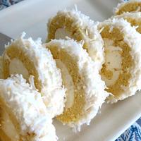 粉雪のようなココナッツロールケーキ