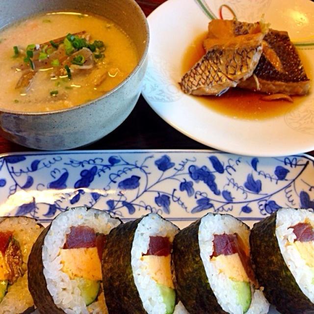 鯛の煮付けと巻寿司、粕汁