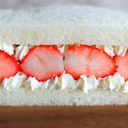 真っ白ふわふわ「いちごのフルーツサンド」を絶対に潰さずに、断面も超キレイに仕上げる方法