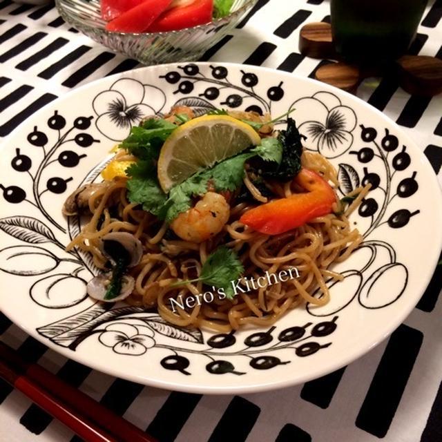 海老とアサリとえのき茸のタイ風焼きそば・キュウリともずくのタイ風サラダ♪