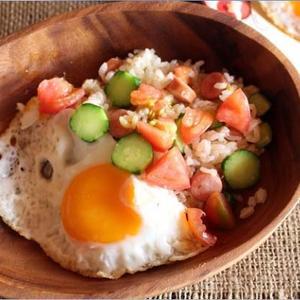 フレッシュトマトとキュウリのエスニック風焼き飯