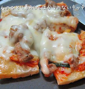 お餅リメイク♬ 豚キムチーズの餅ピザ (10min.)