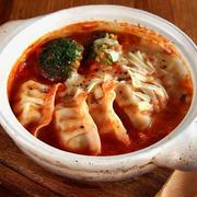 【簡単餃子鍋レシピ】冷凍餃子で「チーズとトマトのピリ辛餃子鍋」