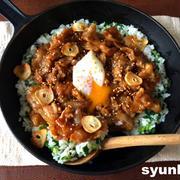 【簡単!!フライパン1つ】豚の甘辛炒めのせねぎガーリックライス。表紙のレシピです