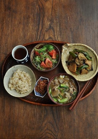 一汁一菜+α ◆長芋・玉葱・しいたけ・豚肉などのおみおつけ、まぐろと茄子とピーマンの炒め物、桜海老の佃煮
