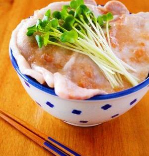 さっぱり梅だれ豚丼♪レンジ2分で簡単どんぶりレシピ