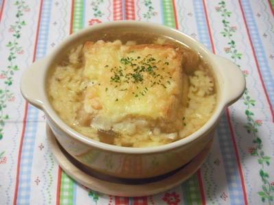 新玉ねぎで簡単オニオングラタンスープ