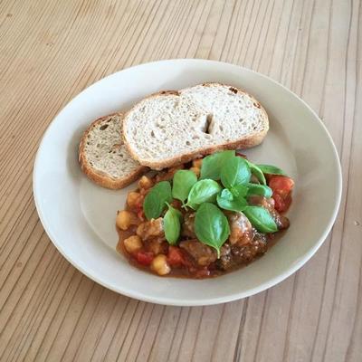 トマト、牛肉、ひよこ豆の煮込み