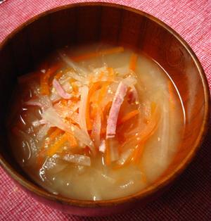 大根と人参とベーコンの味噌汁