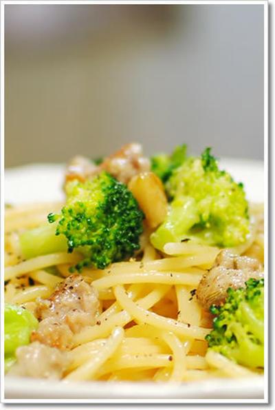 サルシッチャとブロッコリーのアーリオオーリオのスパゲッティ