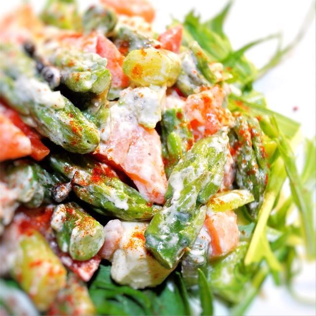 アスパラとサーモン、水菜のブルサン入りピリッとサラダ