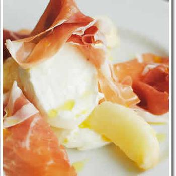 何回食べても美味しい♪ 桃モッツァレラ生ハムです