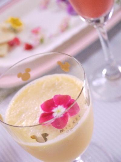 お花を飾るマンゴーシェイク ハーブも活かして!!