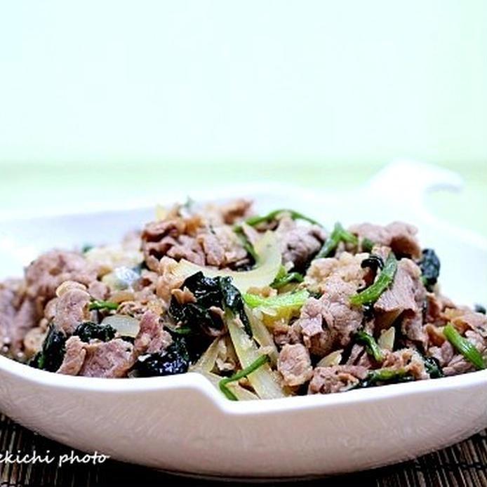 白い皿に盛られた、牛肉とほうれん草の甘辛煮