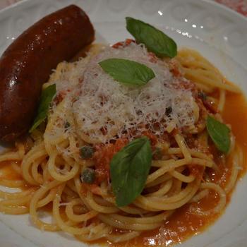 スパゲッティ・プッタネスカ アンチョビー、ケイパー、トマトのソース