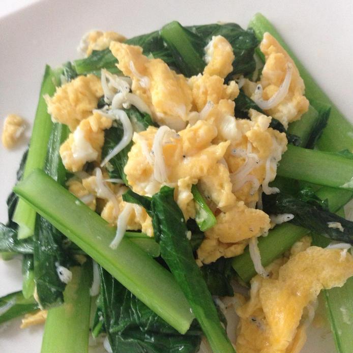 白い皿に盛られた小松菜としらすの玉子炒め