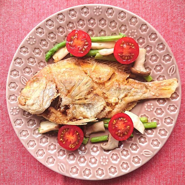 鯛の唐揚げにアスパラとエリンギ添え