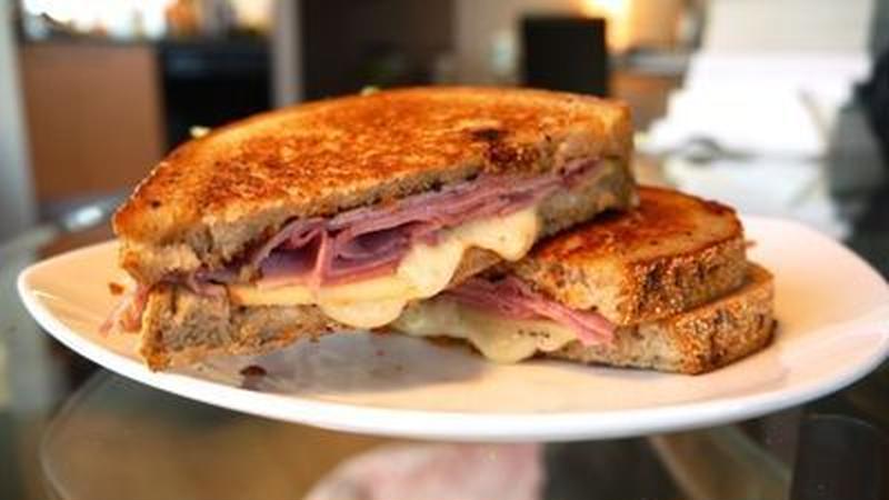 忙しい朝もフライパン1つで!王道「ハム&チーズ」の簡単朝ごはんレシピ