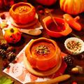 デコをしたりキャラクターを作らなくても、100均などのかぼちゃの容器に入れるだけでハロウィンの雰囲気倍増!!!ハロウィンでも作りたい♪生クリームなどを使わなくても美味しく作れて、電子レンジでお手軽簡単★香ばしい風味のポピーにパンプキンシードにアーモンドやクルミなどのナッツたっぷりトッピング!!カラメルソースもあとがけ式でお好みでたっぷり!!!なめらか濃厚かぼちゃプリン【レシピ 1752】【スパイス大使】